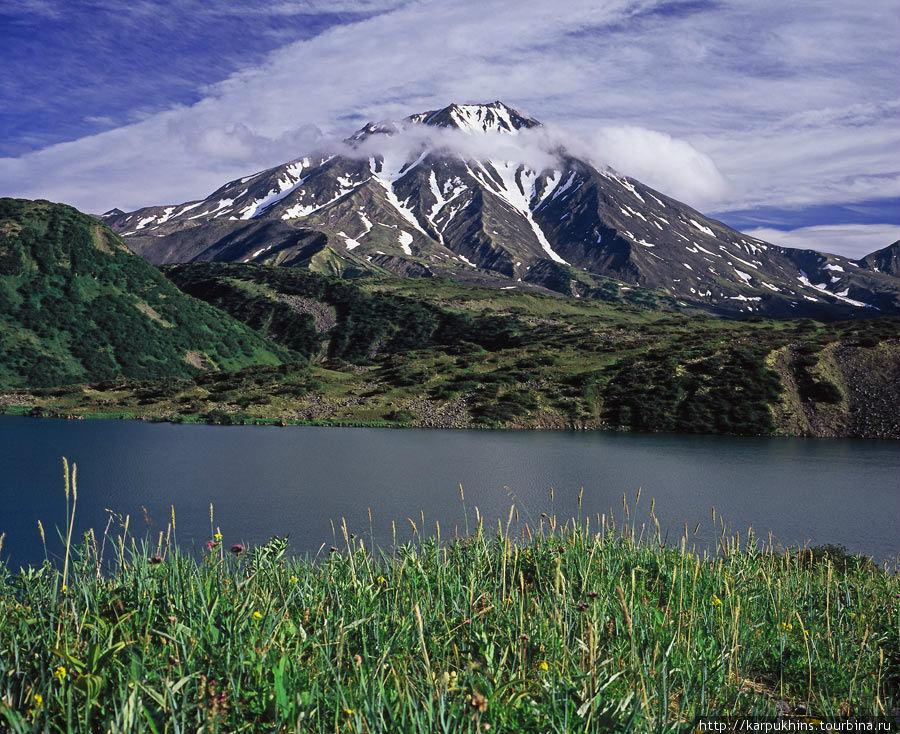 Озеро Дальнее и потухший вулкан Бакенинг, собственной персоной. Чтобы получить этот ракурс, необходимо примерно с километр пройти по западному берегу. А вернее проползти медвежьими тропами, сквозь плотные заросли кедрового стланика.