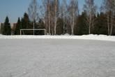 Летом здесь играют в футбол, а сейчас еще можно успеть погонять на коньках