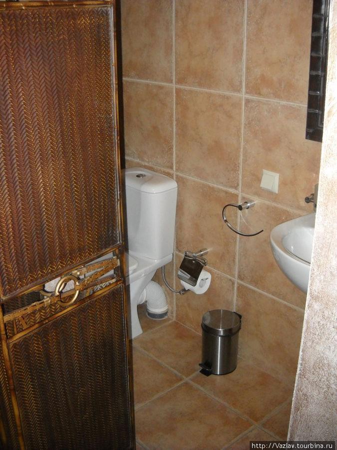 Туалет за ширмой