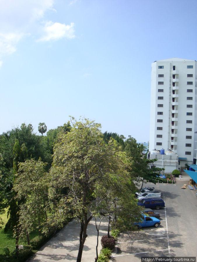 Вид с балкона в сторону моря. Впереди-основной корпус, в нем 14 этажей, перед ним море! Между основным корпусом и Шале Винг — стоянка и хоз.здание.