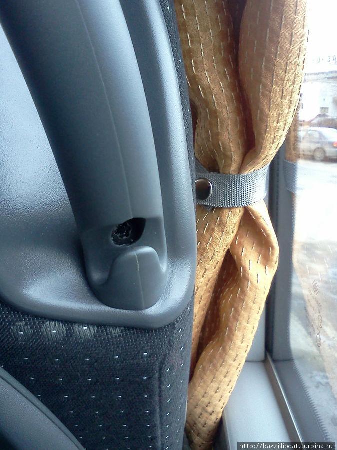 вот такие удобные крючочки по краям сидений