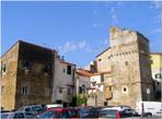 Остатки крепости 16 века, в них живут люди