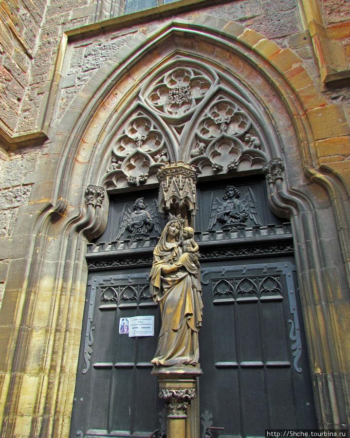 элемент церкви Доминиканцев с указателем на вход к