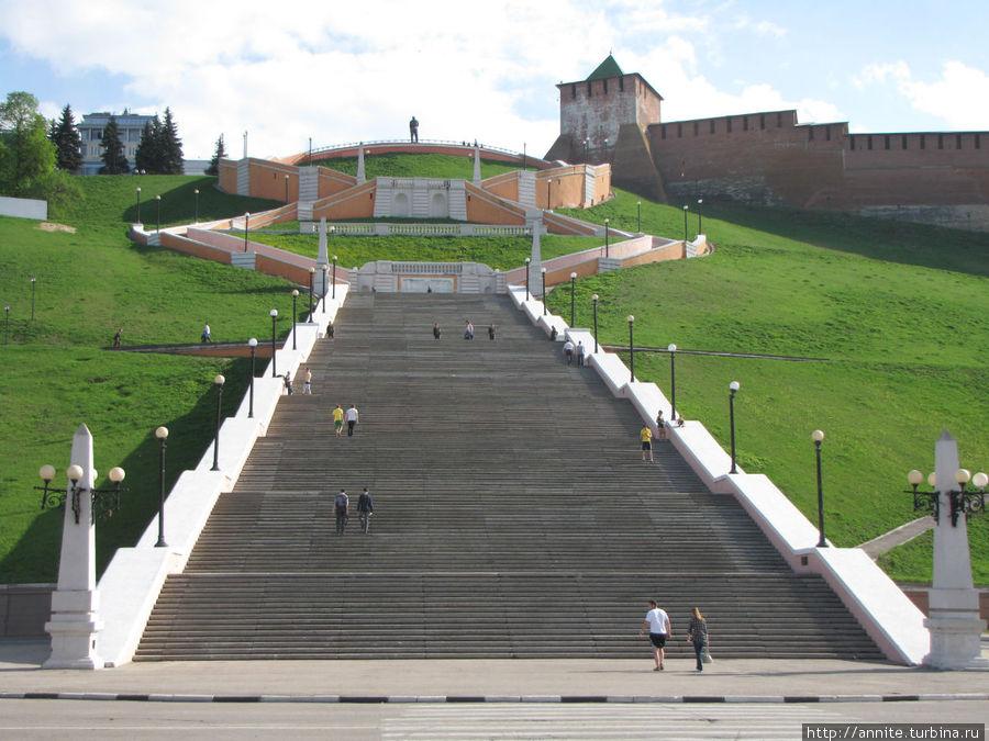 Чкаловская лестница и памятник Валерию Чкалову наверху.