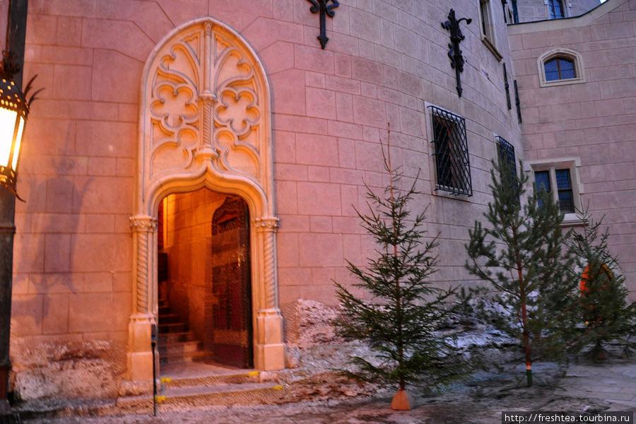 О приближении Нового года можно догадаться лишь по елкам у входа в зал, где проходил концерт.