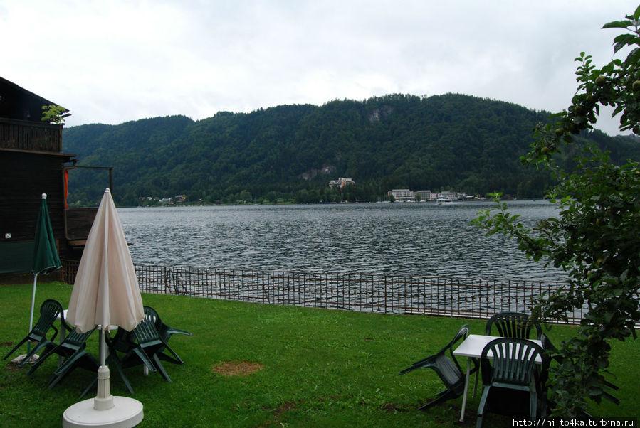 озеро рядом, стоит только пройтись минут -5-10 и будет тебе счастье