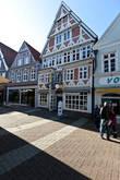 Штаде — раннебарочный фахверковый город. Большинство исторических фасадных домов относятся к XVII — началу XVIII века, так называемому шведскому периоду (1645-1712). Но сохранились и фахверковые дома XVI века. Также интересен фасад так называемого Hökerhus (досл. Дом мелкого торговца; адрес Hökerstr. 29) — купеческого дома периода позднего средневековья. Собственно барочный фасад был выстроен в 1650 году и, по счастью, не пострадал во время пожара.