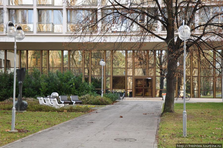 Перед входом в курортные отели Balnea Palace и Balnea Eslpanade (по сути, это 2 корпуса, соединенные стеклянным пассажем).