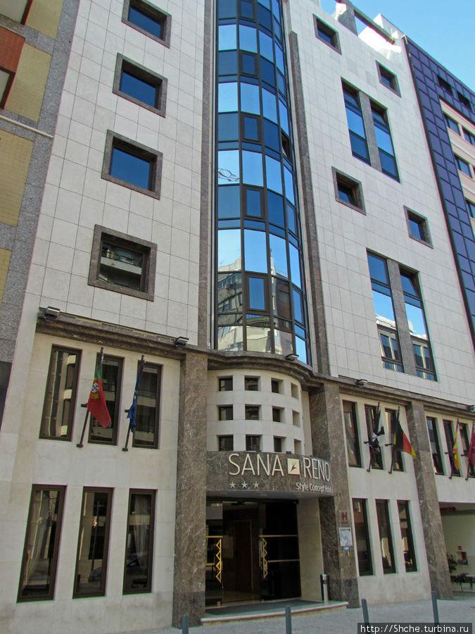 Вход в пятиэтажный отель