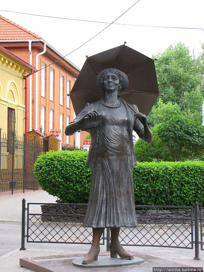 Памятник актрисе в образе Ляли.