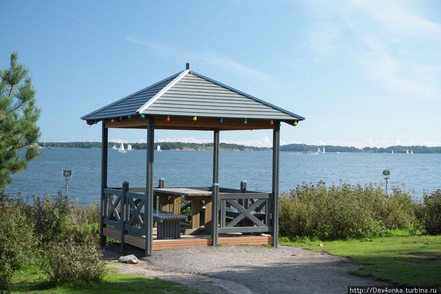 Очень уютная беседка с видом на залив Хельсинки, Финляндия