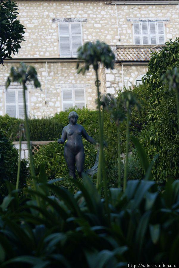 Скульптура Венеры в саду Ренуара.