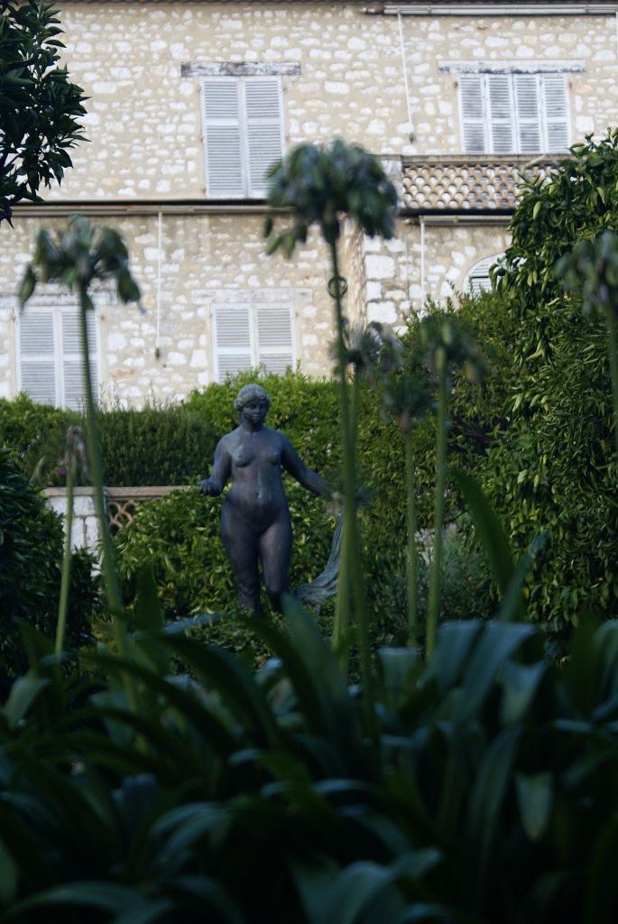 Скульптура Венеры в саду