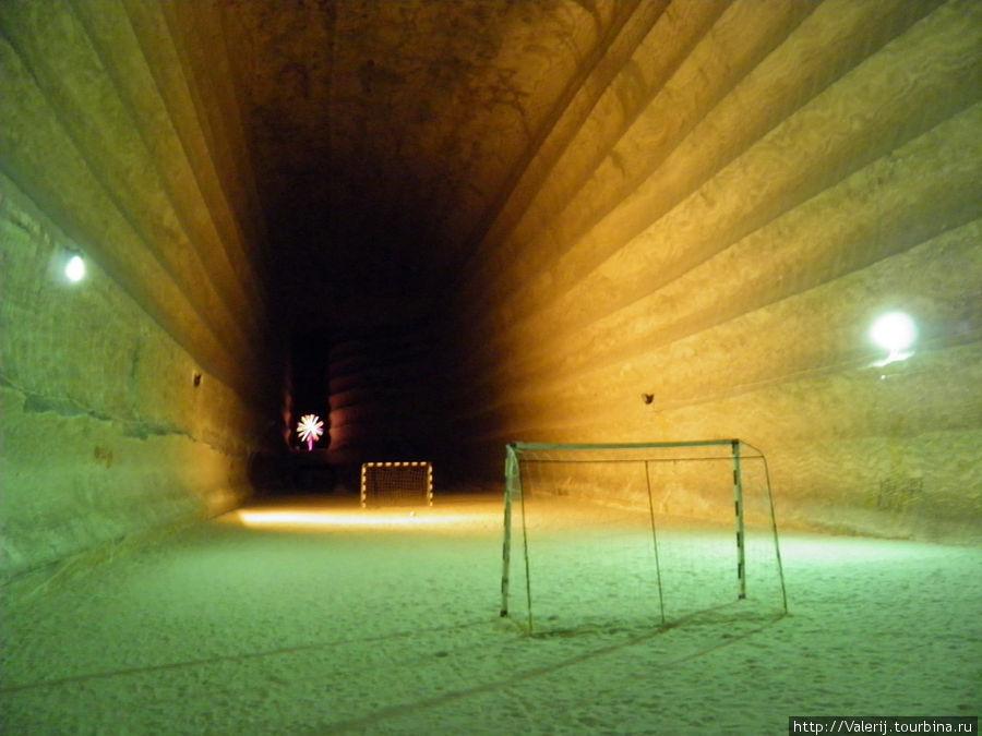 Подземный зал с футбольным полем