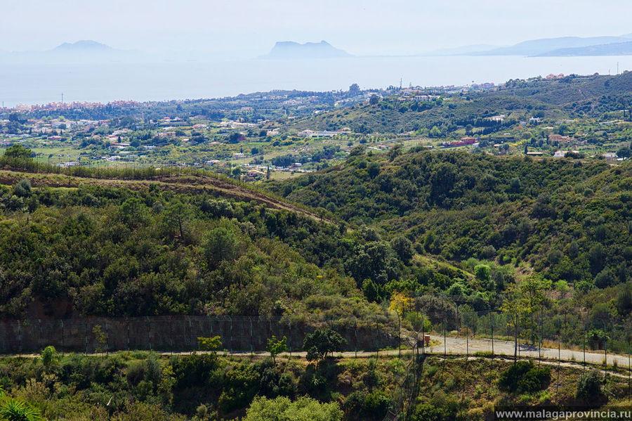 Вот они — в центре Гибралтар, слева Атласские горы в Марокко