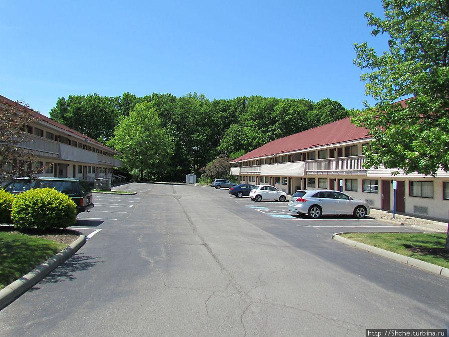 отель — длинные двухэтажные корпуса с парковками для каждого авто прямо у номера