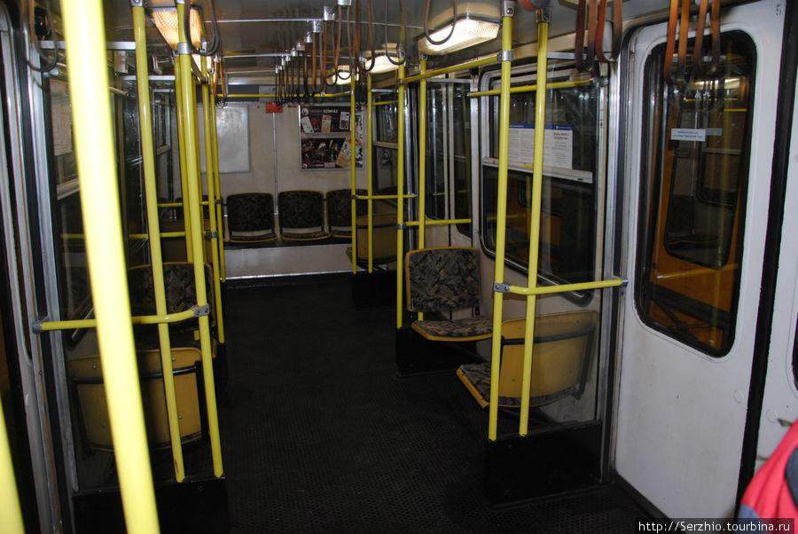 А вот так выглядит внутри вагон поезда на Жёлтой линии №1. Фотографирую от начала вагона.
