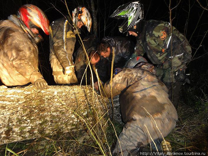 Уже в темноте, чтобы продолжить движение, пришлось разбирать завалы оставленные горе-лесорубами.