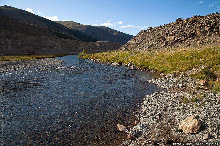 За погран.заставой дорога тянется сначала вдоль реки Тархата, а потом ей на смену приходит река Джазатор.