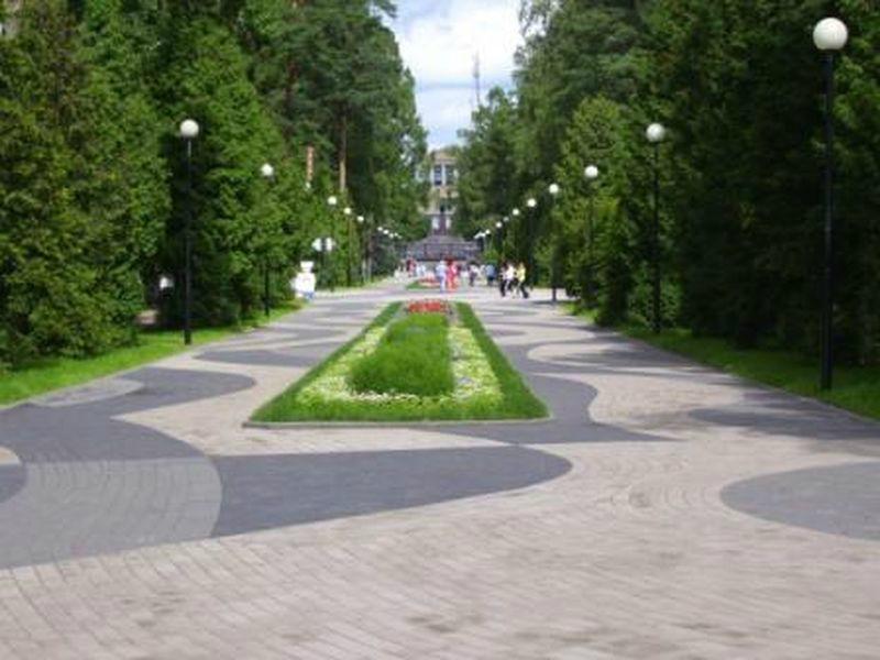 Из центральной аллеи парка видна вдалеке школа. Июль.