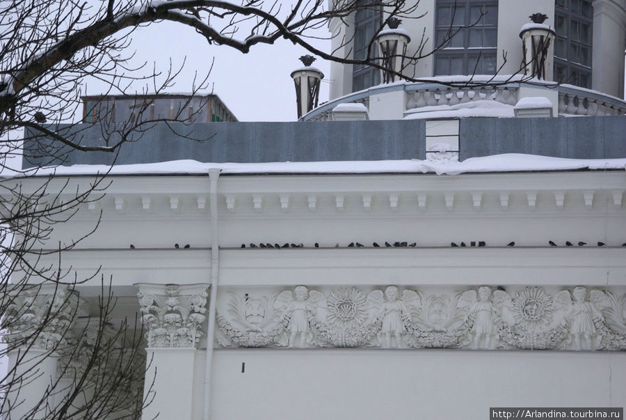 Свято-Троицкий Измайловский собор, скульптурный фриз, портики из коринфских колонн