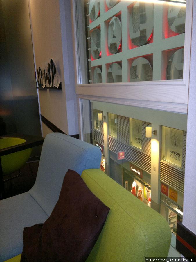 здесь видно, что окна отеля выходят в галерею магазина, который находится в том же здании
