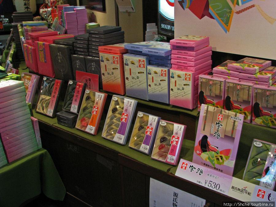 витрина Nama yatsuhashi в одном из 4-х магазинов, специализирующихся на сладостях, на вокзале в Киото