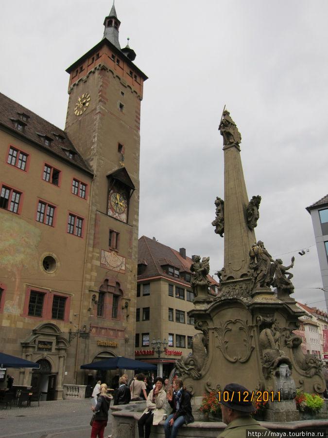 Фонтан на площади перед ратушей.