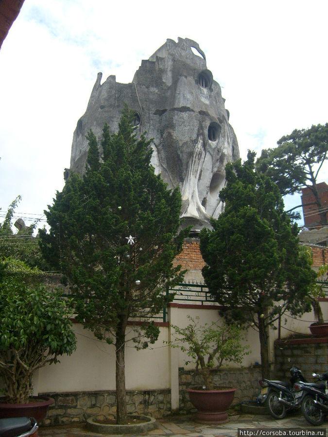 Так называемый Сумасшедший дом одной пожилой архитекторши в Далате. Идея постройки- сделать человека ближе к природе. Находятся желающие снять комнату в этом доме. Мне показалось это изыском больной психики... Кому как...
