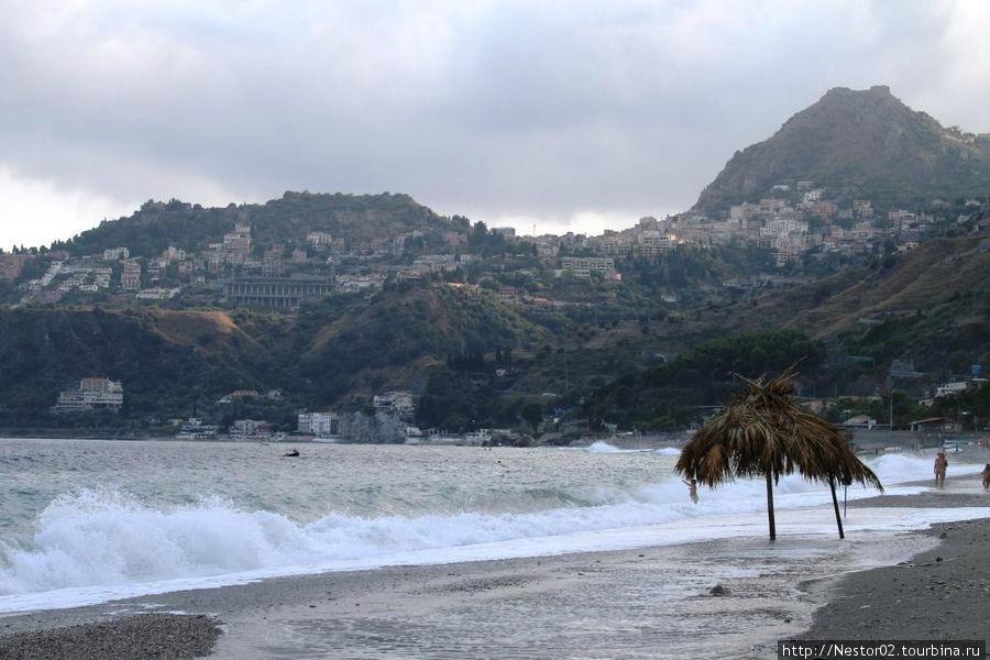 Летояни. Пляж. Вид на Таормину.