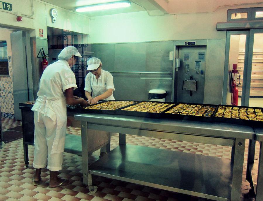 Через стекло можно посмотреть за частью процесса приготовления пирожных.