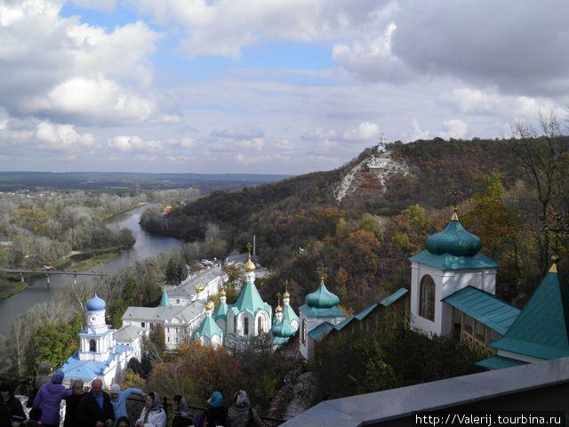 Панорама на долину Северского Донца с площадки храма.