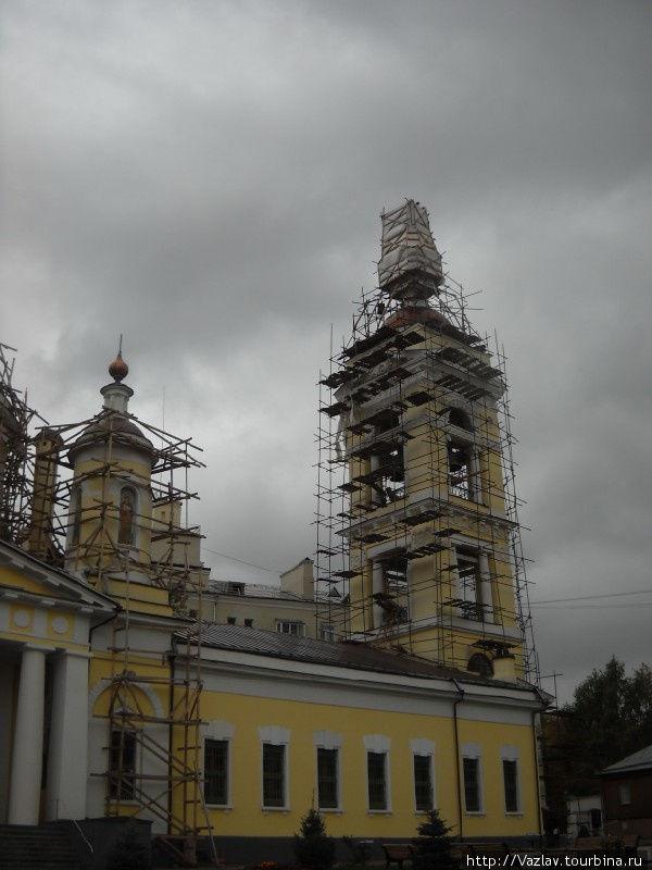Боковой вид на собор; леса, конечно, портят всё дело...