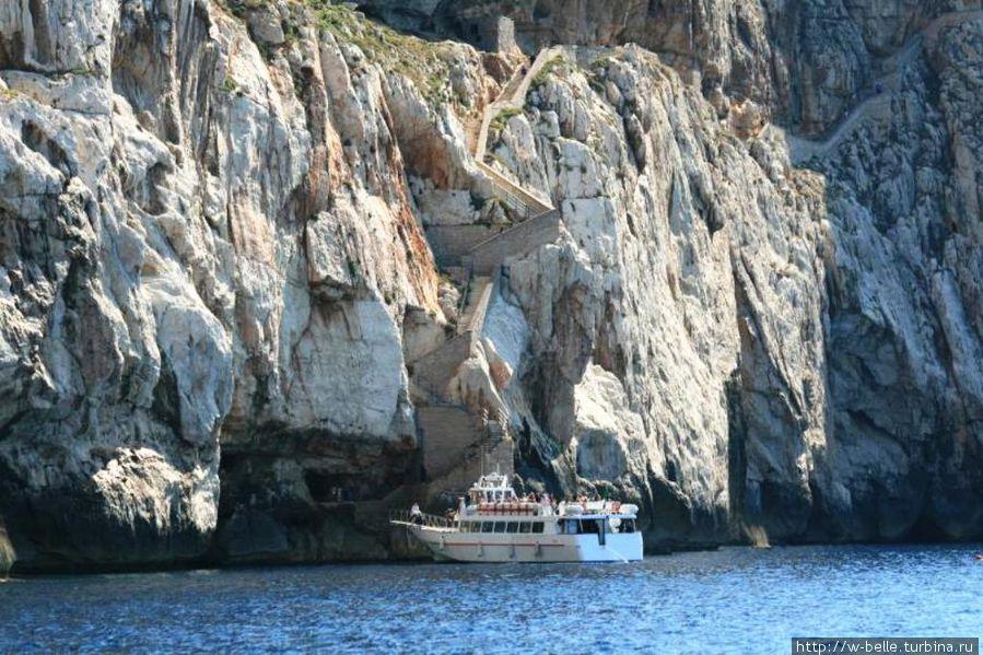 Попасть в пещеру можно вот на таком кораблике, который отправляется из порта городка Альгеро.