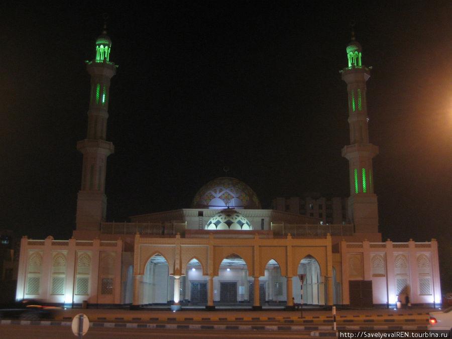 Мечеть вплотную примыкает к стенам музея. Вечерняя подсветка делает ее воздушной,