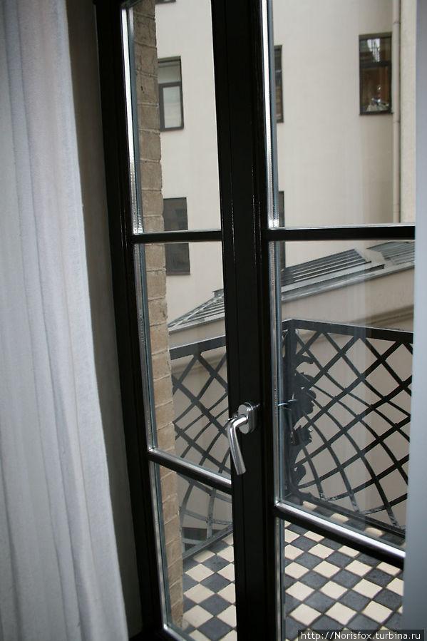 Вид из гостинной на балкон
