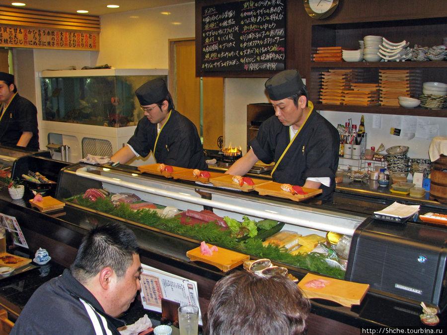Мастера делают суши прямо в зале на глазах заказчиков