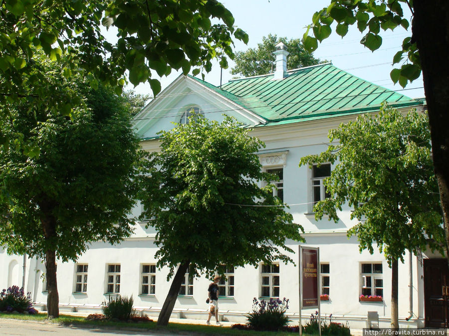 Фасад усадьбы Кекиных, построенной в конце 18-начале 19 веков в стиле классицизма, скрыт пышной листвой деревьев.