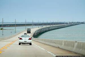 От крайней точки суши до Ки-Веста — 188 километров. И всё по воде, точнее по построенным прямо через океан мостам. Хотя мосты иногда сменяются твёрдой земёй — по дороге встречаются большие и маленькие острова архипелага.