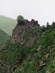 С дороги можно увидеть развалины крепостей