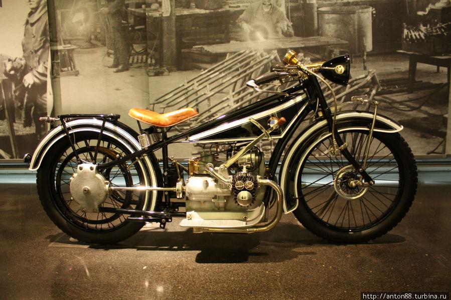 первый мотоцикл (без цепи, а с карданом)