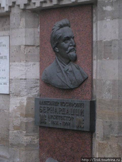Мемориальная доска в честь строителя