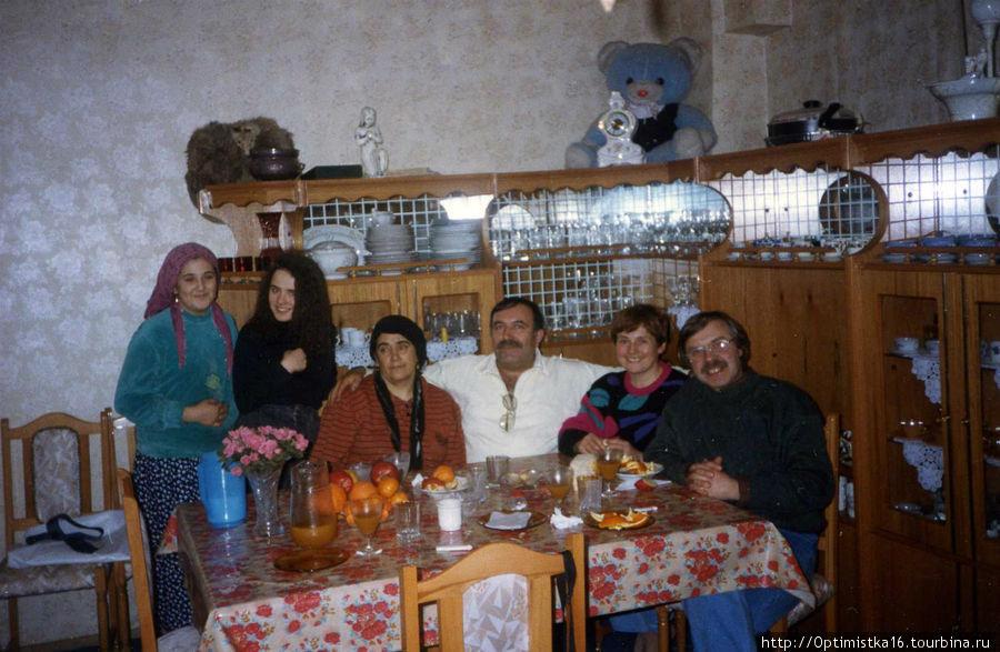 В гостях у турецкого подданного. Он сидит посередине. Слева — его жена. Справа — я и мой муж. Стоят: слева — его младшая дочка, справа — наша.