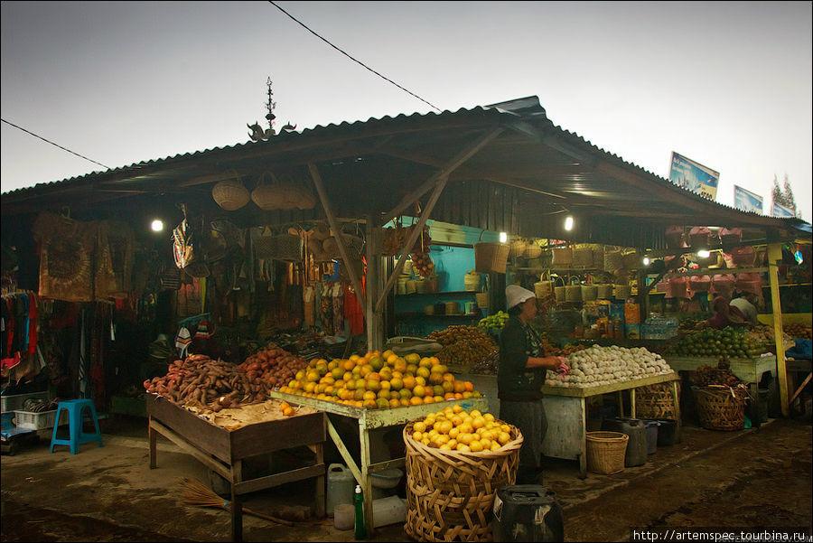 На центральной площади Берастаги расположен небольшой рынок, предназначенный для туристов и не имеющий ничего общего с легендарным локальным рынком Берастаги.