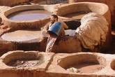 Рабочие постоянно поддерживают растворы, подливая в каждую ванну воду и выливая из тех, откуда достают шкуры