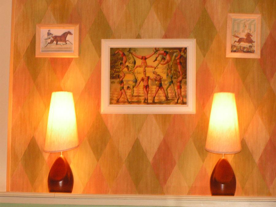 Старинные картинки украшают стены ресторана.