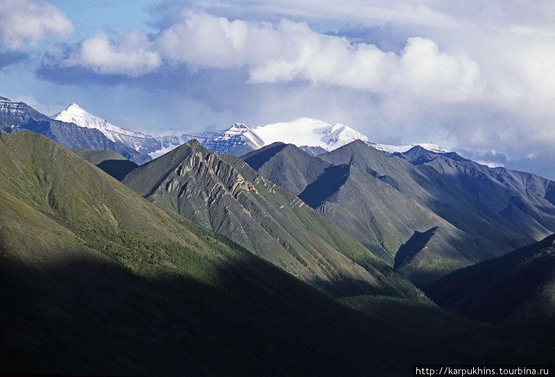 Вершина с широким заснеженным гребнем называется Палатка. Это одна из самых значительных вершин в хребте Сунтар-Хаята.
