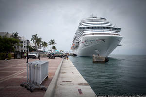 На пристани стоит огромный океанский лайнер, больше чем