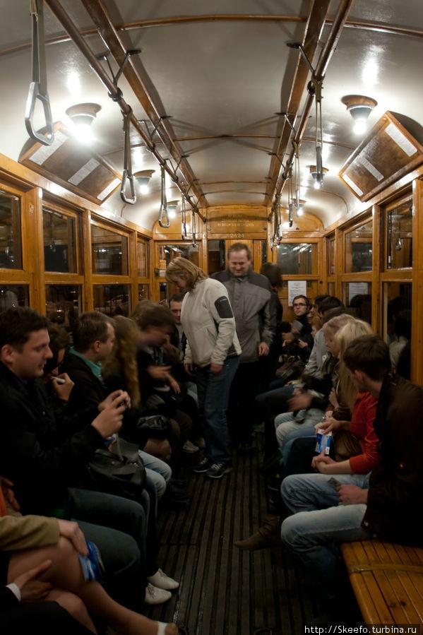 Трамвай, в котором мы поехали на экскурсию, изнутри. Весь деревянный. Рессоры отсутствуют. И это ощущается очень чётко.