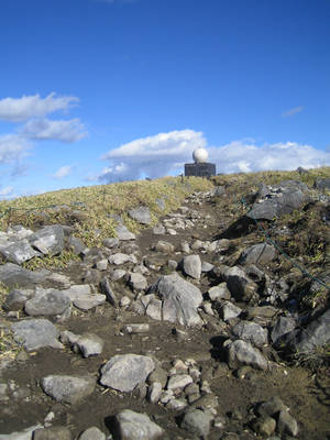 Видна вершина горы, на которой расположена действующая метеостанция и синтоиский храм.